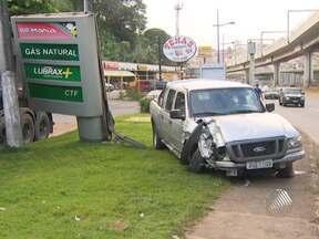 Motorista é fechado por caminhão, perde controle do veículo e bate em placa de posto - A frente do carro ficou destruída