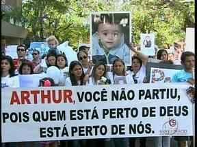 Moradores de Maringá vão às ruas para pedir segurança - Passeata é motivada pela morte do menino Arthur, vítima de um acerto de contas entre traficantes