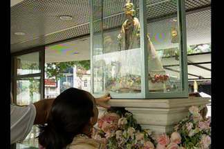 Imagens de Nossa Senhora de Nazaré recebem fiéis em Belém - Milhares de fiéis visitam as duas principais imagens do Círio de Nazaré.