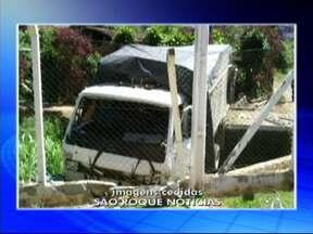 Caminhão sem freio fica pendurado sobre córrego em Mairinque, SP - Um caminhão desgovernado atingiu o alambrado de uma casa e ficou pendurado sobre um córrego em Mairinque (SP) na noite deste domingo (14), no bairro Vila Barreto, próximo ao km 65 da Rodovia Raposo Tavares.
