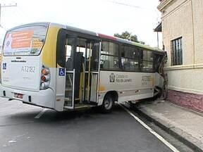 Motorista de ônibus fica ferido em acidente em Cascadura - O homem de 51 anos, perdeu o controle do veículo, numa curva, e bateu em uma casa. Ele foi levado para o Hospital Salgado Filho, mas já recebeu alta.