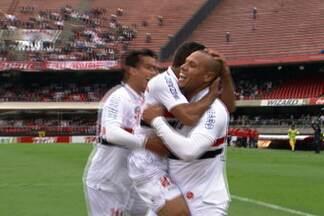 Com mais uma grande atuação de Luis Fabiano, São Paulo vence e alcança o G4 - A data se tornou mais especial para Rogério Ceni, que completou 500 jogos no Morumbi.