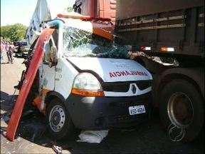 Ambulância que fazia atendimento é atingida por caminhão desgovernado - Foi na BR 163 em Santo Antônio do Sudoeste. Uma pessoa morreu e outras três ficaram feridas.