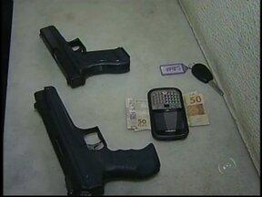 Criminosos roubam mulher usando armas de brinquedo em Marília, SP - Na manhã desta segunda-feira (15), em Marília (SP), dois homens usando armas de brinquedo roubaram uma mulher no bairro Maria Isabel. Ela se dirigia a um consultório psicológico quando os criminosos a abordaram.