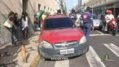 Após acidente, motorista embriagada tenta agredir repórter - Motorista não tinha habilitação para dirigir.