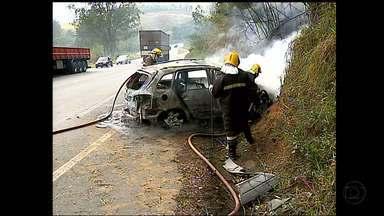 Carro pega fogo após acidente na BR-040 - Acidente aconteceu na Zona da Mata de MG