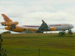 Mais de 400 voos são cancelados no aeroporto de Campinas - Avião cargueiro teve um problema no trem de pouso. A aeronave está parada no meio da pista desde sábado (13) e nenhum outro avião pode decolar ou aterrissar.