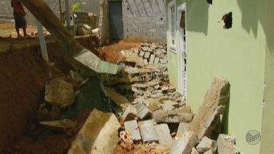 Desabamento de muro atinge três casas em Elói Mendes - Desabamento de muro atinge três casas em Elói Mendes