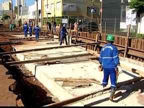 Leopoldino de Oliveira em Uberaba, MG, deve ser totalmente liberada - Obras do Água Viva avançam e fecham a Rua Carlos Rodrigues da Cunha. Caixa de transição está sendo construída para receber a água da chuva.