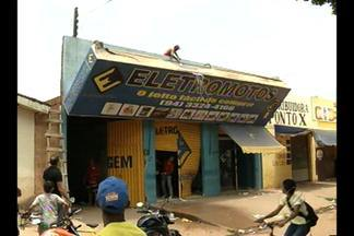 Moradores invadem loja de compra premiada em marabá, no Pará - Eles participavam de promoção e pagavam motocicletas, mas os donos do negócio fugiram da cidade e os participantes resolveram saquear a loja.