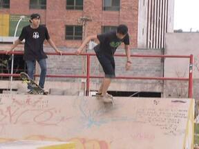 Moradores reclamam da obra em pista de skate em Águas Claras - A construção de uma pista de skate e Águas Claras está dando o que falar. A população reclama que não ficou como estava previsto no contrato. No local existe muito lixo, lama e falta de iluminação, entre outros problemas. O GDF vai apurar.