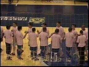 """Jogadores de futsal fazem homenagem ao mês de prevenção ao câncer de mama - Jogadores do Keima e do Pato entraram em quadra de camisa rosa para lembrar do """"Outubro Rosa"""" o jogo terminou empatado."""