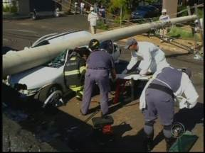 Motorista perde controle da direção e derruba poste em Araçatuba, SP - Uma mulher de 49 anos perdeu o controle da direção, bateu o carro e derrubou um poste na manhã desta segunda-feira (15) no bairro Nova Iorque, em Araçatuba (SP). A mulher teve um mau súbito na hora em que dirigia.