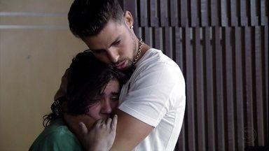 Jorginho e Nina decidem sondar Nilo sobre os segredos de Lucinda - Desesperado, Picolé conta para o casal que o Nilo afirmou que Lucinda foi presa novamente por um crime que não cometeu