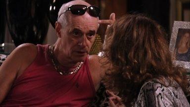 Leleco questiona Muricy sobre a noite em que Max foi assassinado - Ele pergunta o que ela estava fazendo com uma barra de ferro nas mãos e diz que viu quando ela e Ivana esconderam a arma de Tufão. Leleco pergunta se o filho sabe por onde anda Carminha