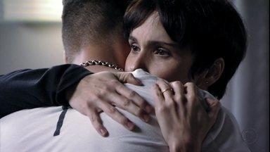 Nina fica intrigada com as mentiras de Santiago - Ela acredita que o pai de Carminha esconde algo sobre o passado e decide investigá-lo