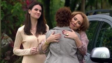 Rachel e Aída chegam à casa de Leonor - Amanda teme que suas cunhadas manipulem Leonor