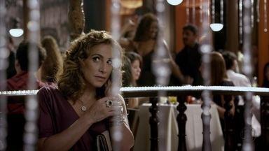 Wanda fala para Lívia que Russo está tendo problemas com Jéssica - A vilã manda sua equipe resolver a situação como for possível e exige resultados