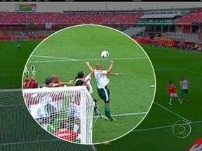 Em jogo polêmico, Internacional vence Palmeiras por 2 a 1 - Um gol de mão anulado causou uma enorme confusão durante a partida.