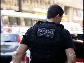 Criminoso preso em Avaré, SP, é suspeito de ordenar ataque a policiais da capital - Criminoso preso na penitenciária de Avaré (SP) é suspeito de ordenar ataque a policiais da capital paulista. Durante uma operação na favela de Paraisópolis, em São Paulo, a Polícia Militar encontrou uma lista com nomes de policiais que seriam mortos.