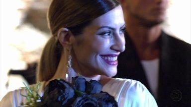 Salve Jorge - Capítulo de quarta-feira, dia 31/10/2012, na íntegra - Bianca chega para sua festa de divórcio vestida de noiva