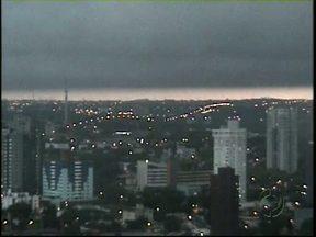 Quinta-feira começa com tempo fechado em Foz do Iguaçu - A imagem foi gravada perto das oito horas da manhã pela câmera exclusiva da RPCTV no centro da cidade. O céu ficou dividido.