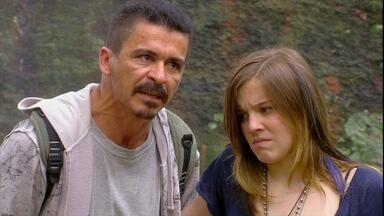Malhação - Capítulo de quarta-feira, dia 07/11/2012, na íntegra - Dinho e Lia são ameaçados por bandidos na mata
