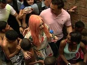 Lady Gaga causa alvoroço no morro do Cantagalo no Rio de Janeiro - Lady Gaga com seus cabelos coloridos foi ao Cantagalo, em Copacabana, e subiu o morro a pé. No caminho, ela abraçou a criançada, tirou fotos, visitou o Espaço Criança Esperança e deu uma paradinha num bar da comunidade.