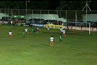 Que defesa do goleiro Fernando! - Em cobrança de falta, Turato cabeceia para boa defesa do goleiro do Duque de Caxias.