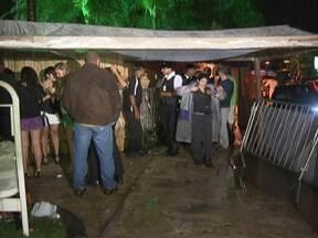Segurança é baleado em Brasília - O segurança que estava na porta de uma festa foi baleado duas vezes. Ele teria impedido a entrada de um homem que não tinha convite. O atirador fugiu. O Hospital de Base informou que o quadro de saúde da vítima é estável.