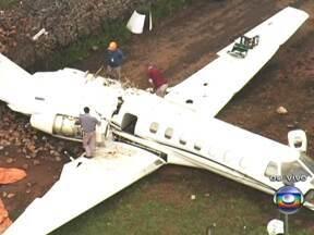 Começa remoção de jato executivo que derrapou em Congonhas - A aeronave, que pertence a uma empresa com sede em Porto Seguro (BA), vinha de Florianópolis, com três pessoas a bordo. O piloto foi o que mais se machucou. Ele teve traumatismo craniano, mas se recupera bem.