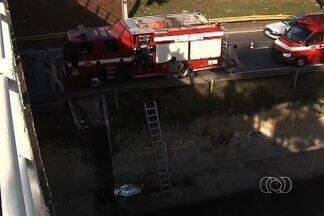 Homem cai de ponte na Marginal Botafogo, em Goiânia - O corpo foi encontrado dentro do córrego, na altura do Setor Universitário. Parte de uma das pistas da marginal foi bloqueada durante o resgate.