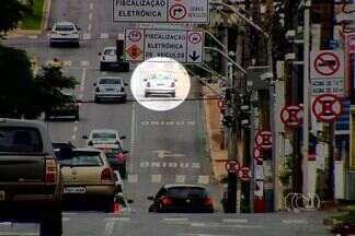Sinalização está confundindo motoristas que acabam sendo flagrados e multados por radares - Reportagem fez alguns flagrantes em Goiânia. Um motorista só pode entrar na pista de ônibus se for virar à direita. O problema é que ele segue reto depois do semáforo e com certeza acaba flagrado pelo radar.