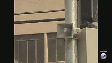 """Apesar de câmeras 'tagarelas', motoristas cometem infrações de trânsito em Piracicaba - Apesar da implantação do sistema de câmeras """"tagarelas"""", que alertam motoristas e pedestres que não respeitam a sinalização, motoristas são flagrados cometendo infrações de trânsito em Piracicaba (SP)."""