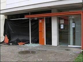 Criminosos atacam agência bancária ao lado de delegacia em Jundiaí, SP - Mais uma vez, caixas automáticos foram alvo de criminosos em Jundiaí (SP). Duas agências bancárias foram atacadas na madrugada desta terça-feira (13). Uma delas, no bairro Ponte São João, fica ao lado de uma delegacia.