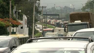 Acidente fecha mais uma vez o Anel Rodoviário - Caminhão tombou na via