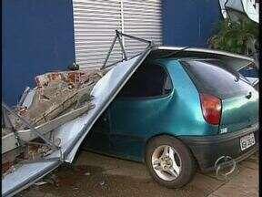 Chuva causa vários estragos em Maringá - Árvores caem sobre postes e carros e interditam ruas
