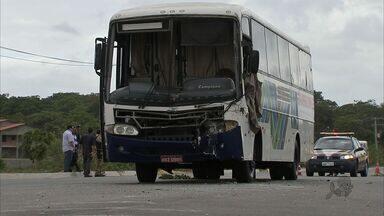 Acidente com ônibus deixa pelo menos 32 pessoas feridas no Ceará - Caminhão bateu na traseira de ônibus; ninguém ficou ferido.