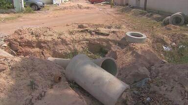 No Janga, serviço parado de pavimentação tira sossego de moradores - Quem mora na Rua Antônio Miranda de Souza tem várias queixas: sujeira, poeira e buracos.