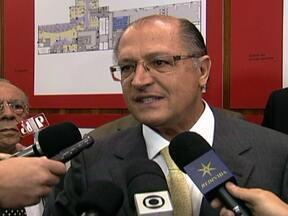 Governor Geraldo Alckmin fala sobre combate à violência e ajuda federal - Nos próximos dias, o combate ao tráfico de drogas e armas vai ganhar uma nova dimensão. Os governos federal e estadual vão começar os bloqueios nos principais acessos ao estado. O governador Geraldo Alckmin falou nesta terça (13) sobre isso.