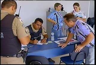 Polícia procura dois homens que assaltaram a sede do Montes Claros Futebol Clube - Polícia procura dois homens que assaltaram a sede do Montes Claros Futebol Clube. O crime ocorreu na tarde desta terça-feira (13), em Montes Claros.
