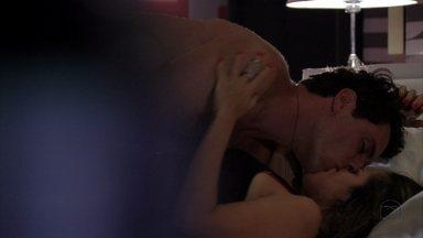 Théo e Morena reatam - O casal se entrega novamente à paixão