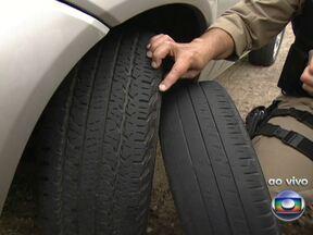 Estradas federais terão fiscalização especial para o feriadão - Para encarar as rodovias durante a chuva, é preciso acender os faróis. A Polícia Rodoviária vai fiscalizar os limpadores de para-brisa e os pneus dos veículos. Equipamentos em mau estado podem gerar multas e até a apreensão do carro.