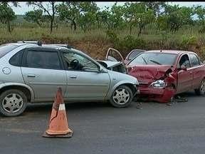 Cerca de 120 mil carros deixam o DF para o feriado prolongado - Segundo a Polícia Rodoviária, o fluxo nas rodovias do DF é intenso, mas normal para este horário. Um acidente na DF-190 envolveu três carros e atrapalhou o trânsito na região. Quatro pessoas ficaram feridas.