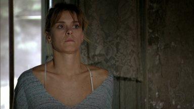 Jéssica tenta conversar com Adam - Ela percebe que ele não é da quadrilha. Irina pressiona Russo por dinheiro