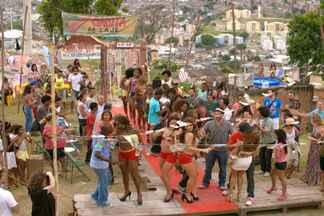 Cena Exclusiva: Moradores do Alemão caem no samba durante concurso - No meio do desfile do Garota da Laje, o pessoal da comunidade mostrou que é animado e deu um show à parte