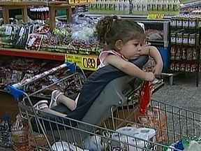 Crianças pequenas devem ficar no bebê-conforto no supermercado - A cadeira do carrinho só deve ser usada por crianças acima de 3 anos. Durante as compras, o maior risco é cair do carrinho, que tem cerca de um metro de altura.