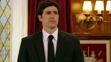 Nando diz a Otávio que Roberta ficou chateada - Felipe liga para o tio, que não lhe atende. Otávio segue para um torneio de xadrez no Clube Inglês