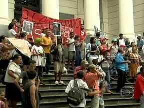 Protesto em Belo Horizonte (MG) lembra assassinato de trabalhadores rurais há oito anos - A manifestação reuniu representantes do MST e de outros movimentos sociais, em frente ao Tribunal de Justiça, para relembrar a morte dos cinco trabalhadores rurais num acampamento em Felisburgo. Eles chamavam atenção para a impunidade no caso.