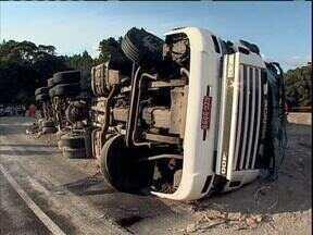 Caminhão tomba e bloqueia BR-376 por quase duas horas - Foi na descida da serra, no sentido Santa Catarina da rodovia